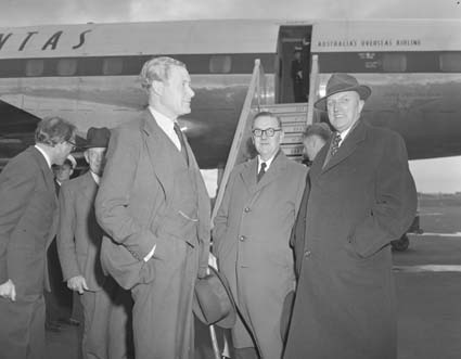 The United Kingdom Minister of Defence, Duncan Sandys (centre) meets with Howard Beale (right), the Australian Minister for Supply in August 1957.