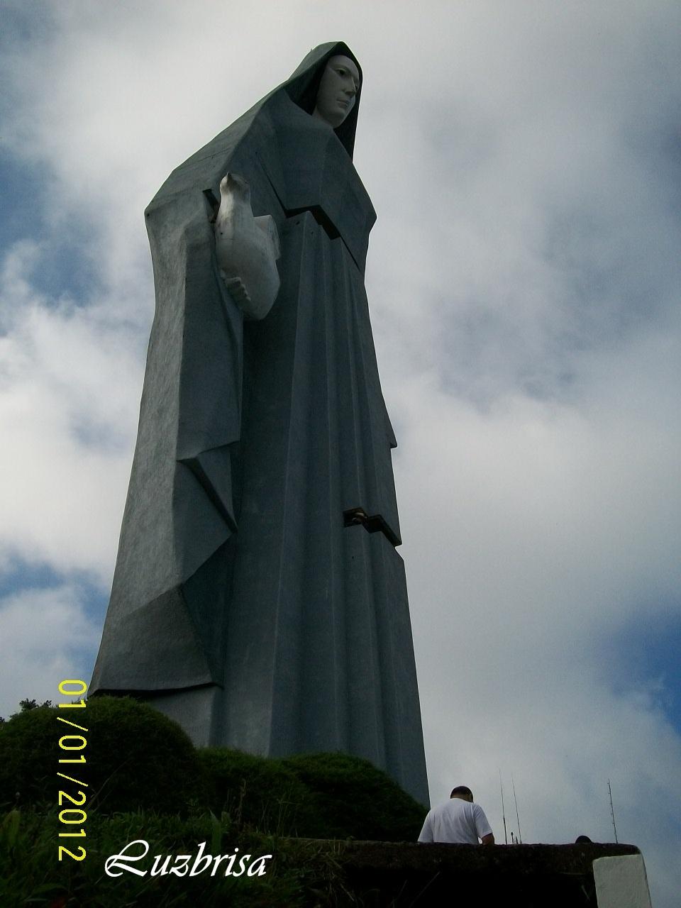 File:Vista desde el jardín del Monumento a la Paz, Trujillo ...