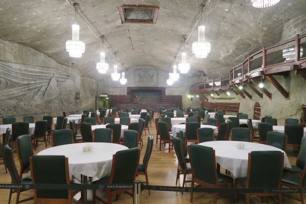Une des salles de réception de la mine de sel de Wieliczka près de Cracovie dans les profondeur de la terre. Photo de Fraxinus2.