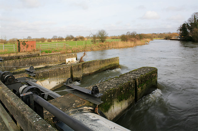 File:Weir across River Avon at Ringwood - geograph.org.uk - 339471.jpg