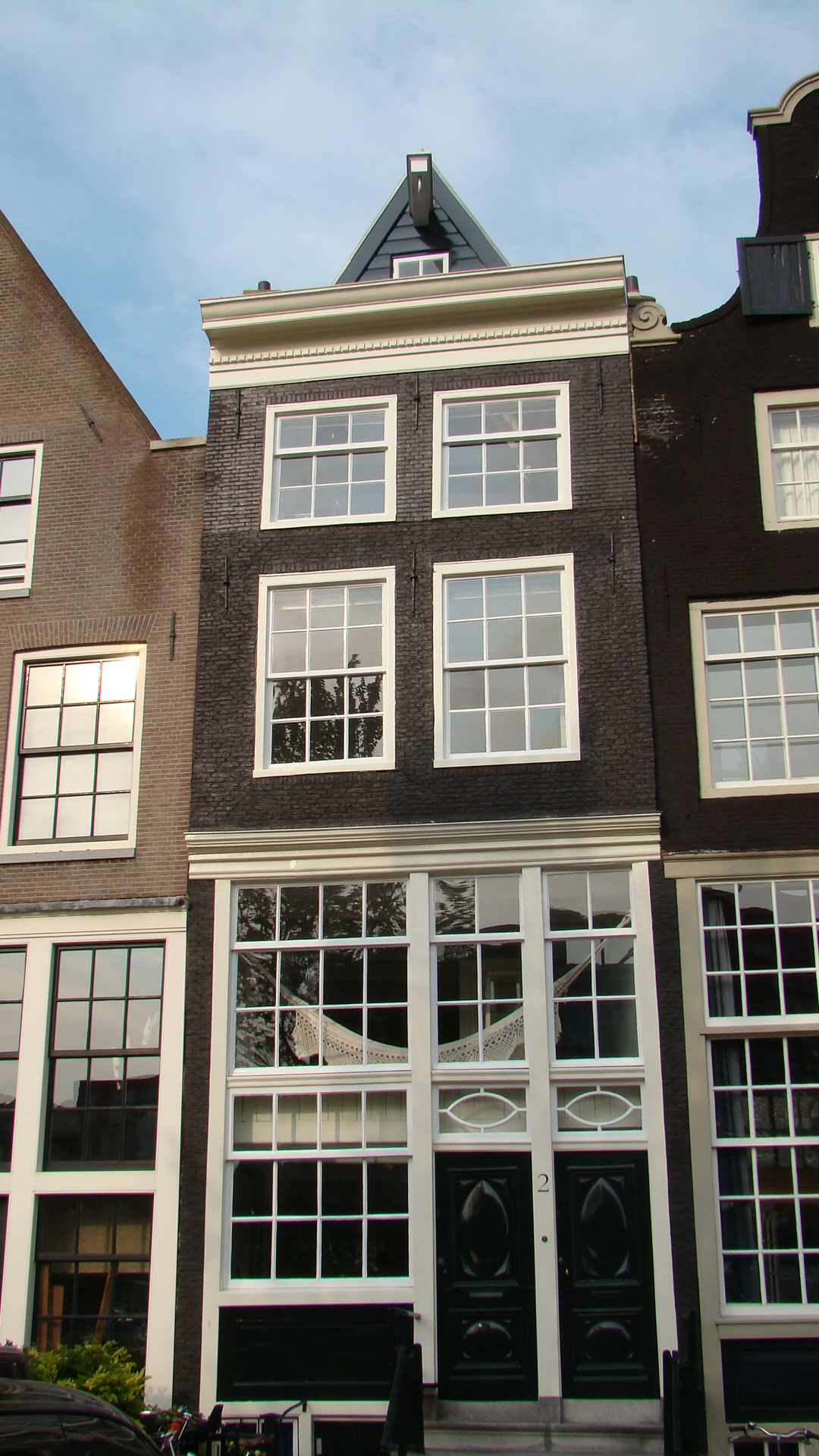 Huis met gevel op houten pui onder rechte lijst in amsterdam monument - Huis gevel ...