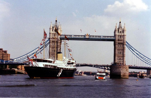 HMY Britannia by Tower Bridge. Credit: Lynda Poulter via Wikimedia Commons.