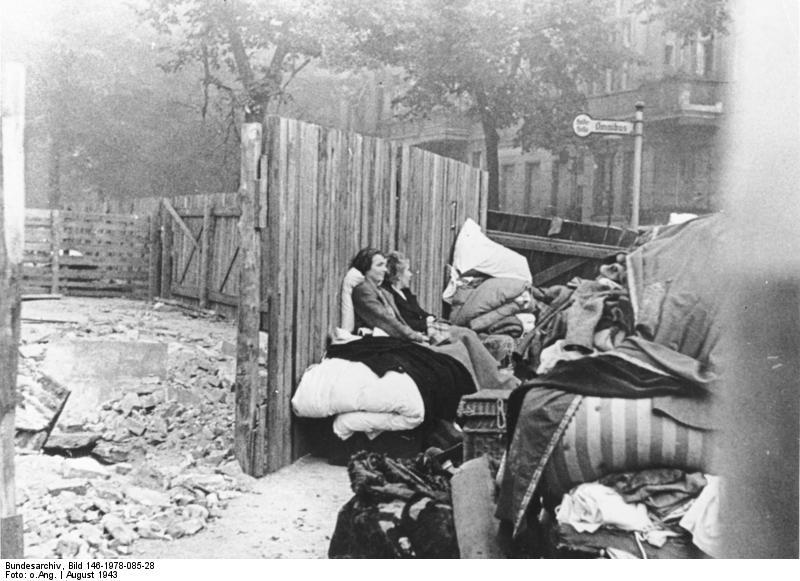 File:Bundesarchiv Bild 146-1978-085-28, Berlin, Ausgebombte nach britischen Luftangriff.jpg