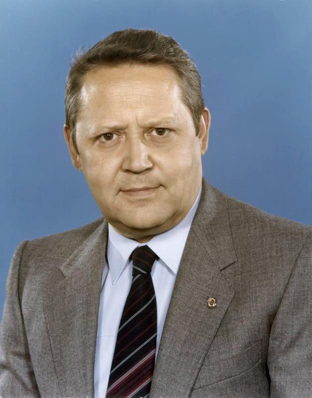 Günter Schabowski. Quelle:  https://de.wikipedia.org/wiki/G%C3%BCnter_Schabowski#/media/File:Bundesarchiv_Bild_183-1982-0504-421,_G%C3%BCnter_Schabowski.jpg