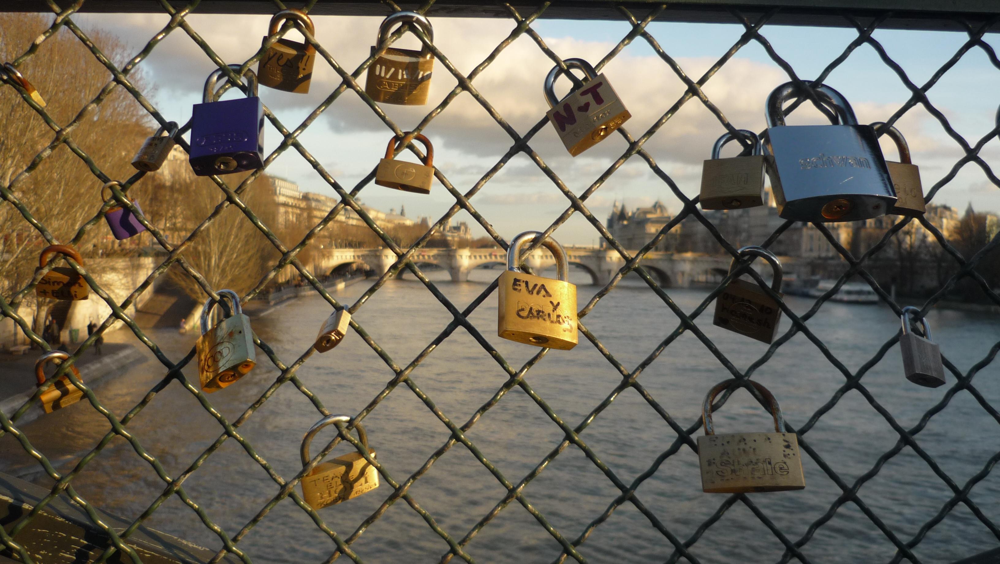 File cadenas des amoureux sur le pont des wikimedia commons - Cadenas amoureux pont paris ...