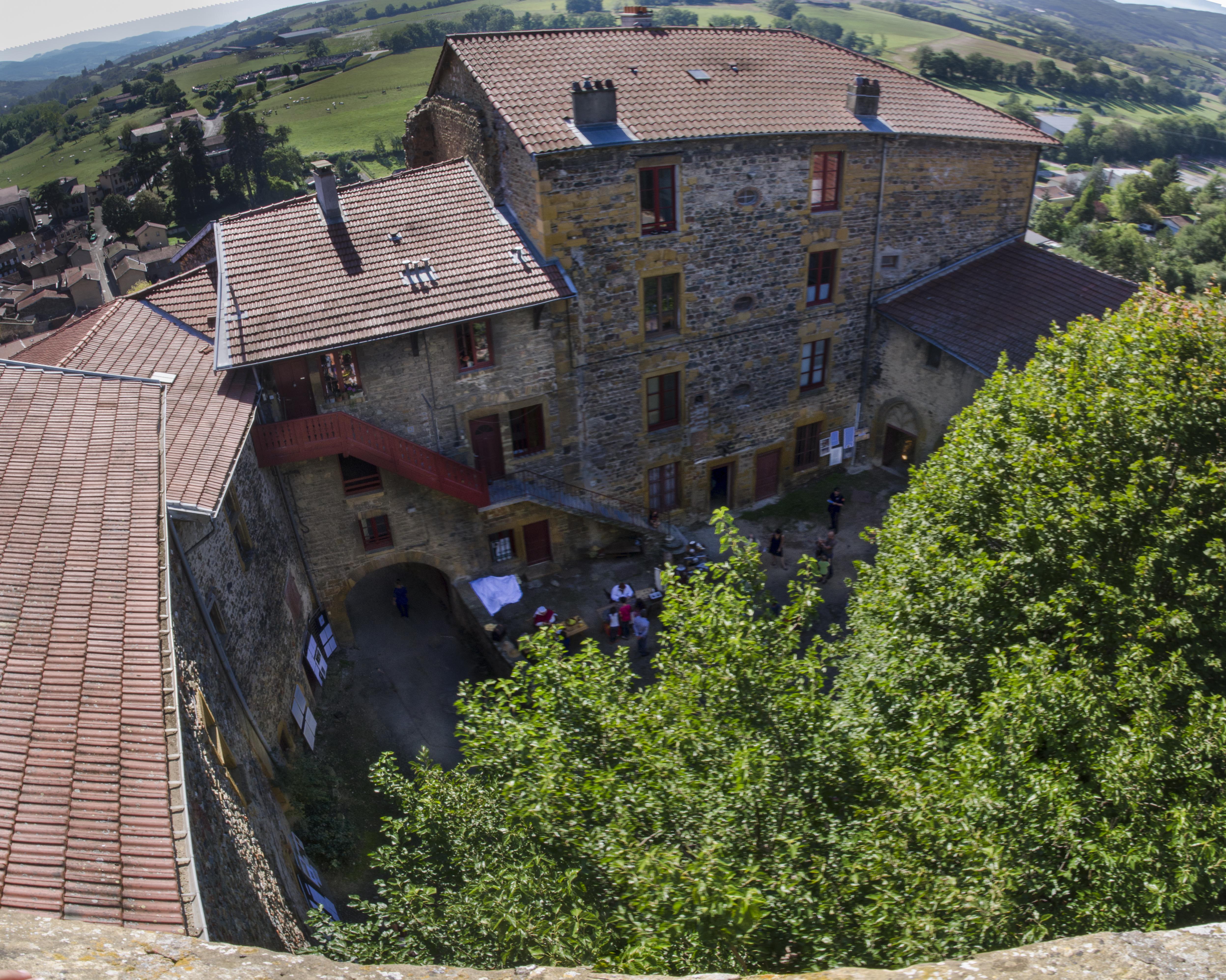 File:Chateau de Montbloy - vue sur cour interieure.jpg - Wikimedia ...