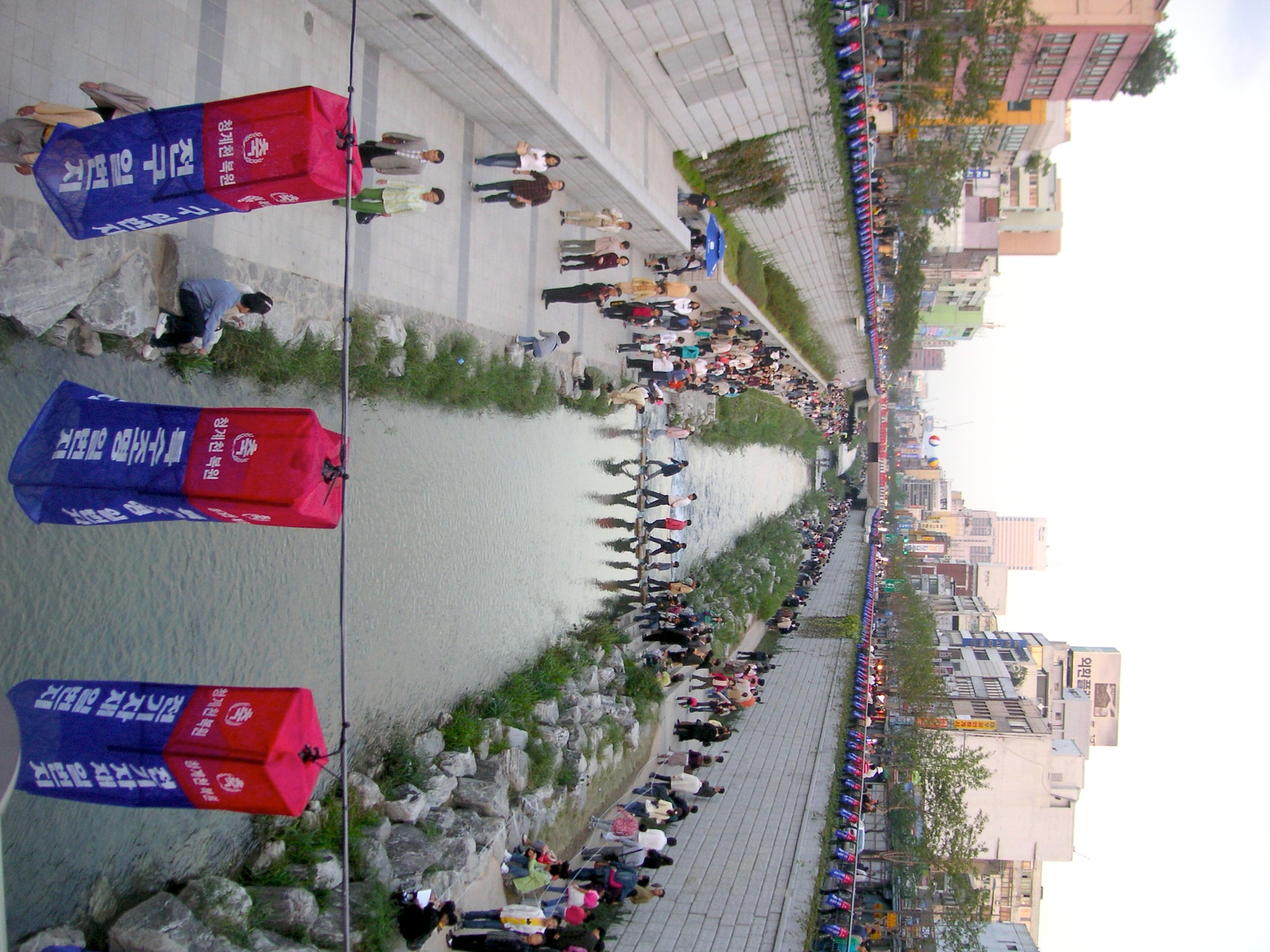 Cheonggyecheon_shortly_after_reopening_-