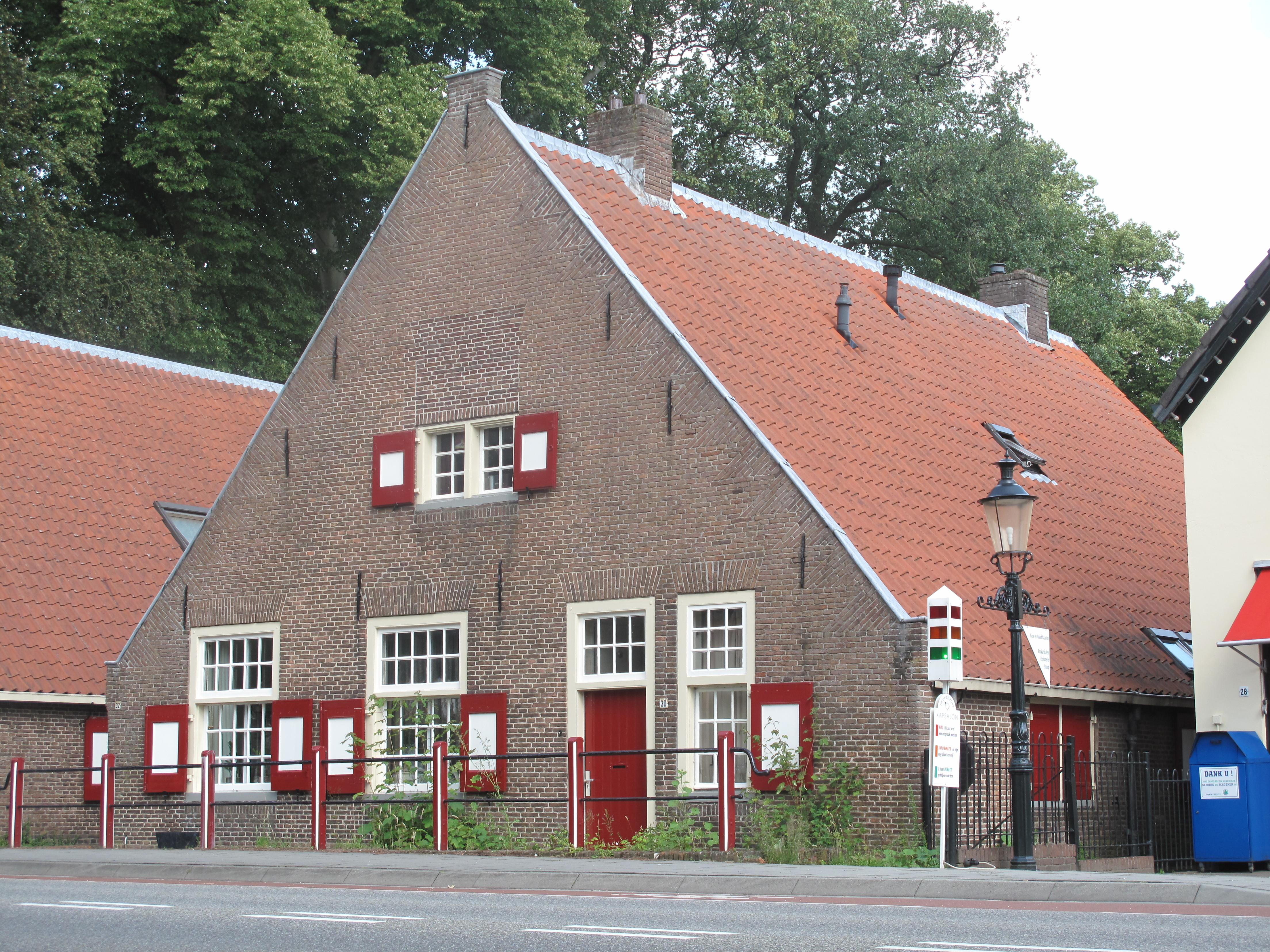 Karakteristiek huis van begane grond met hoog zadeldak tussen puntgevels met vlechtingen in de - Tussen huis ...