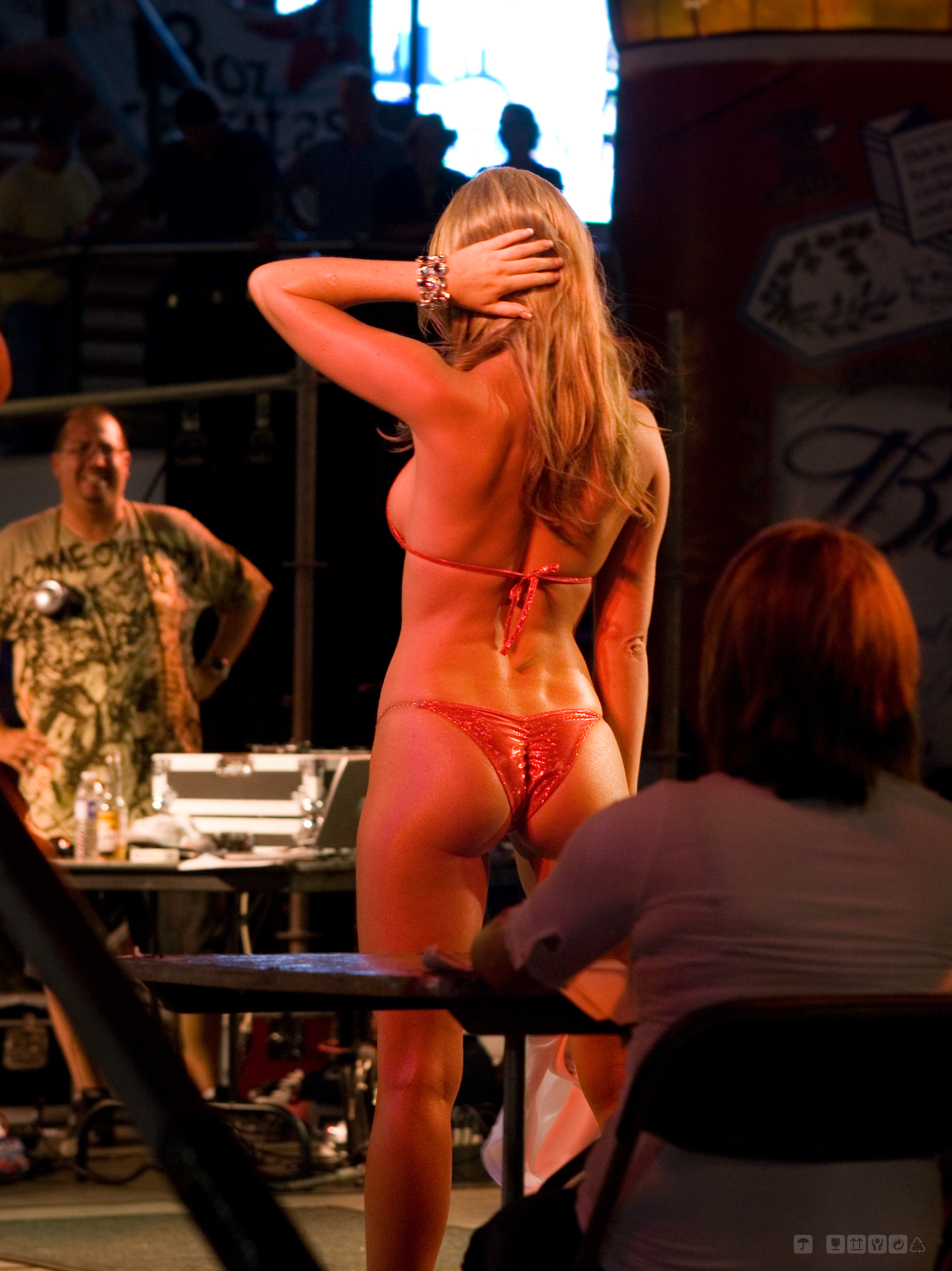 File:Hooters Bikini Contest 4.jpg