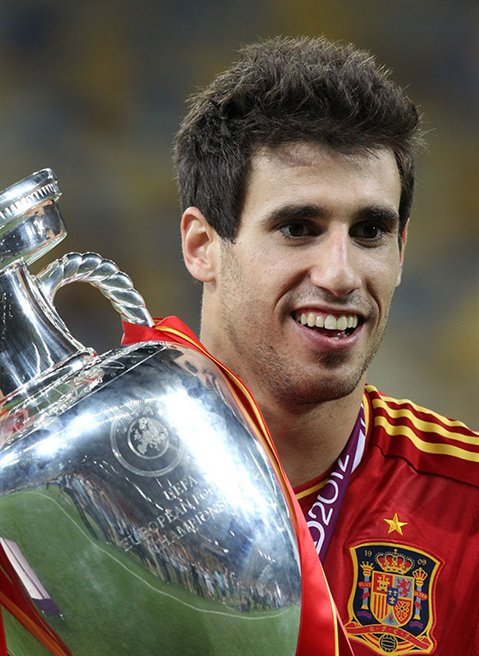File:Javi Martínez Euro 2012 trophy.jpg - Wikipedia, the free ...