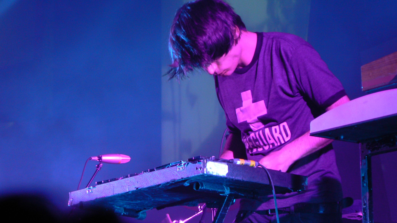 Greenwood tocando el glockenspiel en una presentación en directo de Radiohead en 2006.