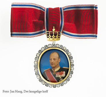 Мундир и награды короля и королевы Норвегии на одном из мероприятий. геммология