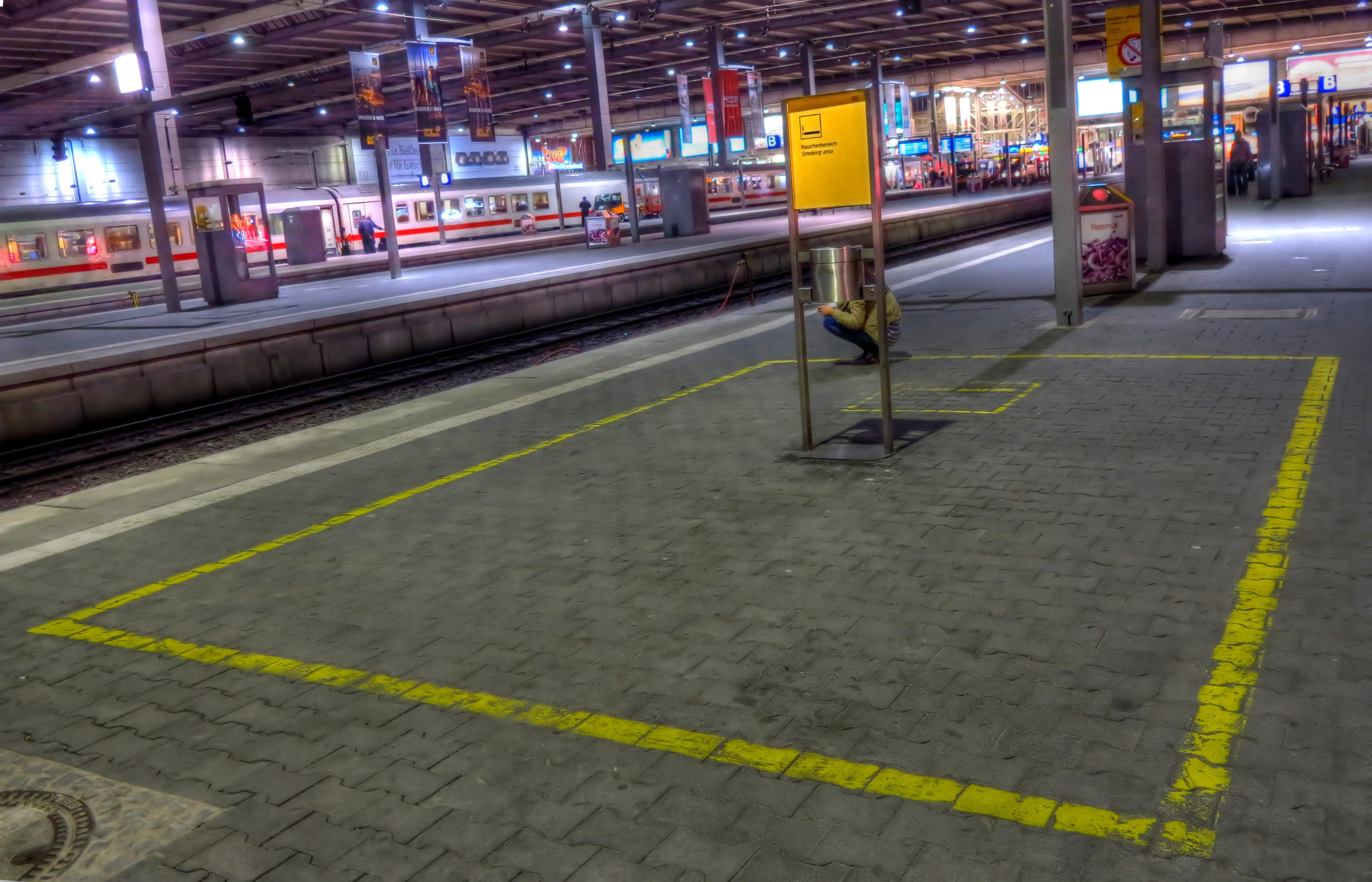 http://upload.wikimedia.org/wikipedia/commons/7/7d/M%C3%BCnchen_Hauptbahnhof_Raucherbereich_Gleis_12-13.jpg