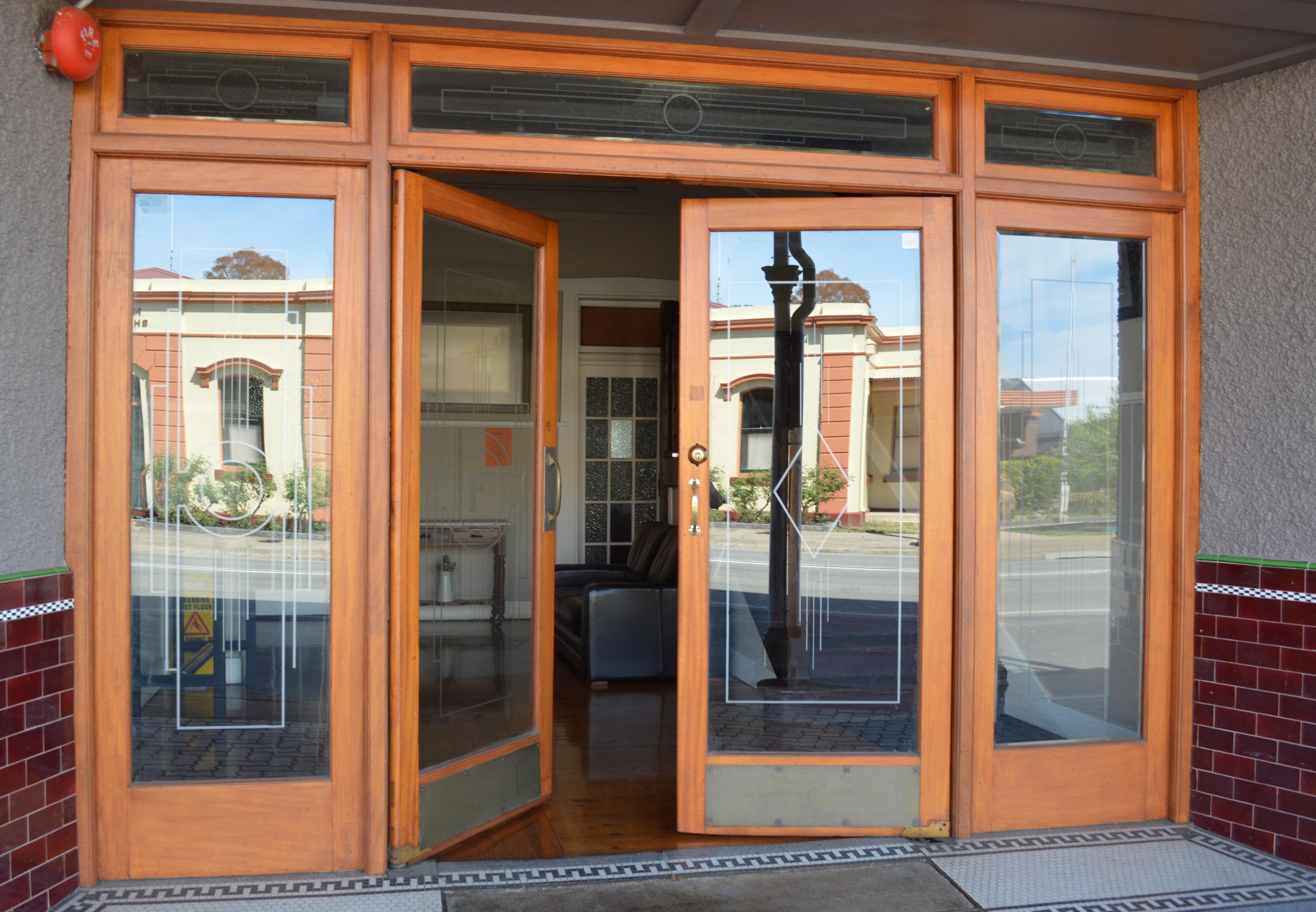 FileMurrurundi White Hart Hotel Doors.JPG & File:Murrurundi White Hart Hotel Doors.JPG - Wikimedia Commons