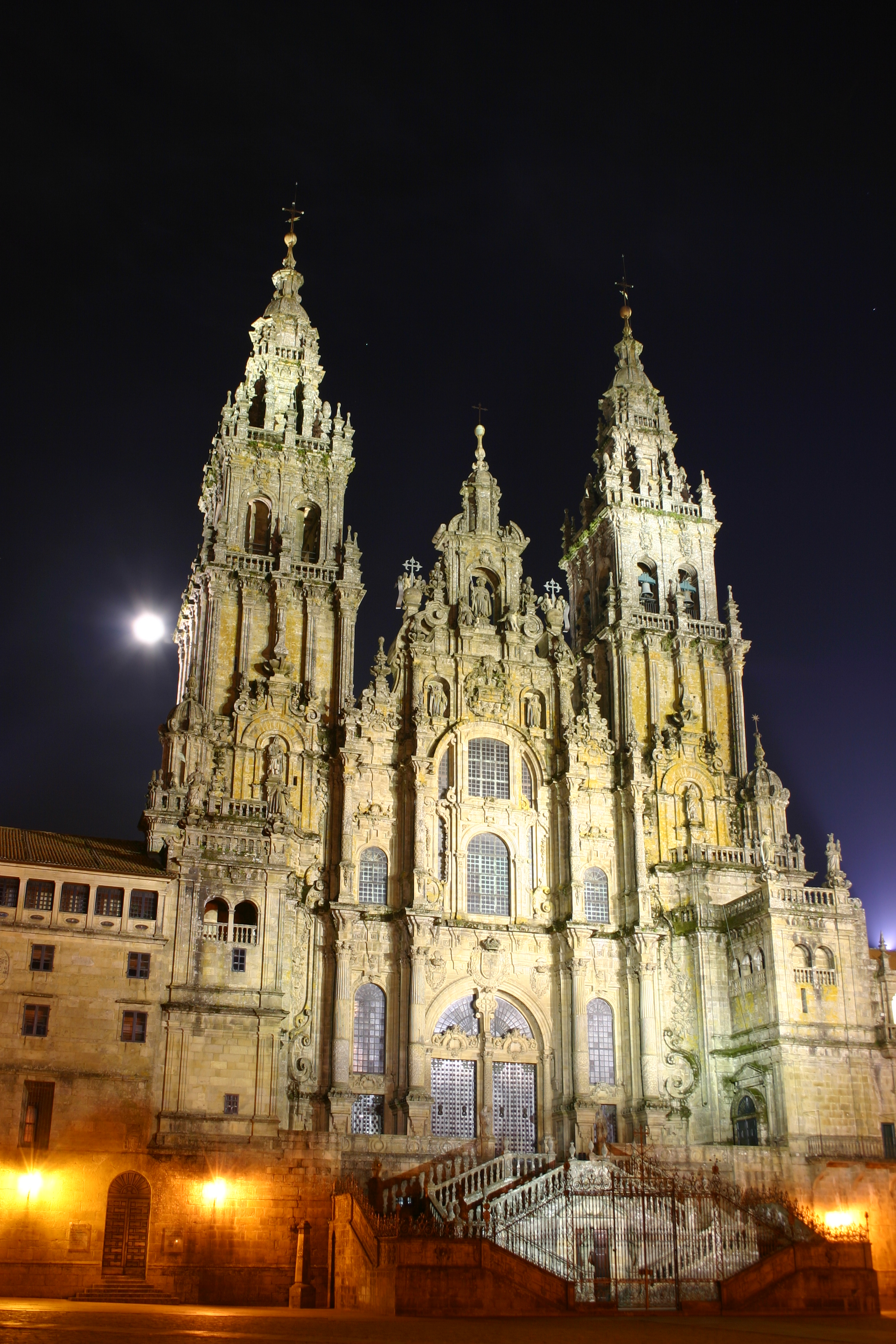 http://upload.wikimedia.org/wikipedia/commons/7/7d/Santiago.de.Compostela.Catedral.Noche.jpg