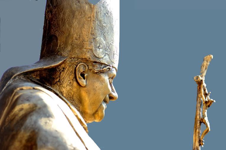 Datei:Skulptur Benedikt XVI Neustifter.jpg