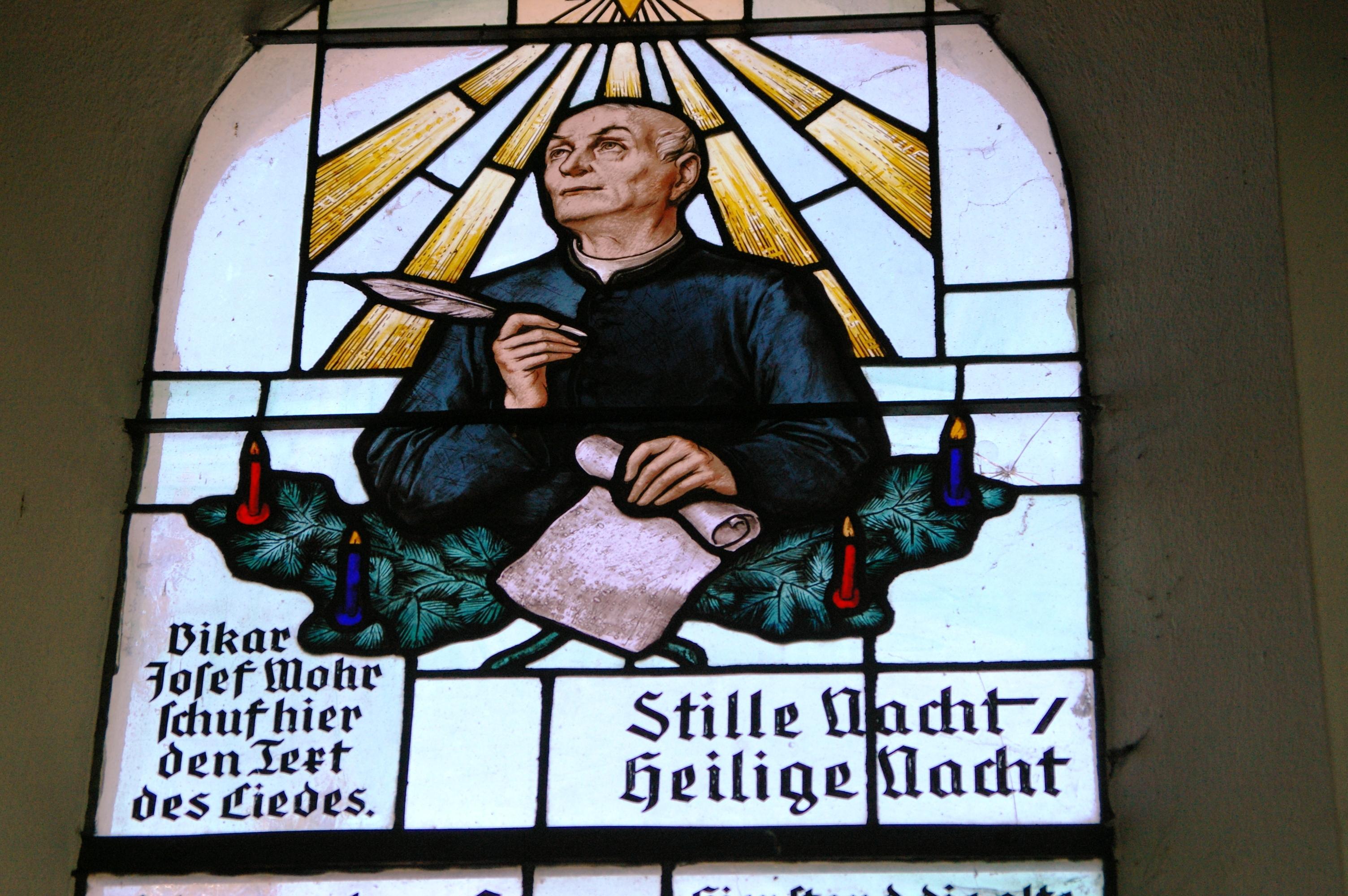 Glas-in-loodraam in de Stille Nacht-kapel.