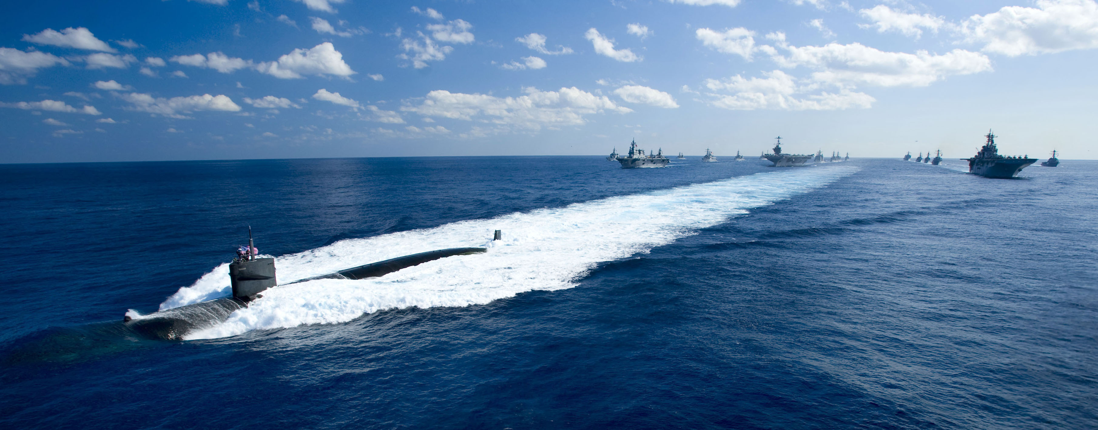 https://upload.wikimedia.org/wikipedia/commons/7/7d/US_Navy_101210-N-6720T-142_The_Los_Angeles-class_attack_submarine_USS_Houston_(SSN_713)_leads_a_formation_of_ships_from_USS_George_Washington_(CVN.jpg