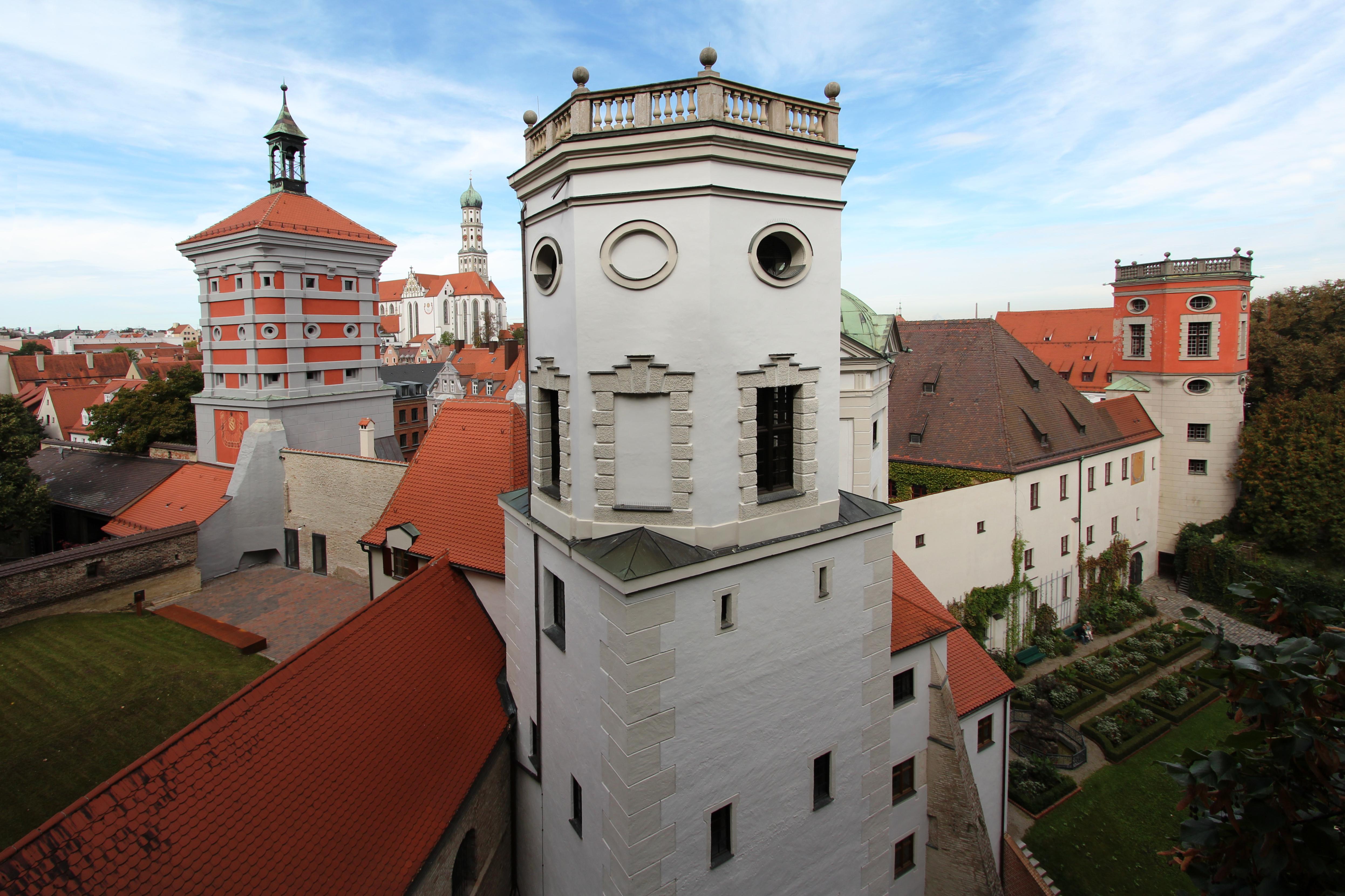 Datei:Wassertürme am Roten Tor, links St. Ulrich - Fotograf Reinhard Paland.jpg