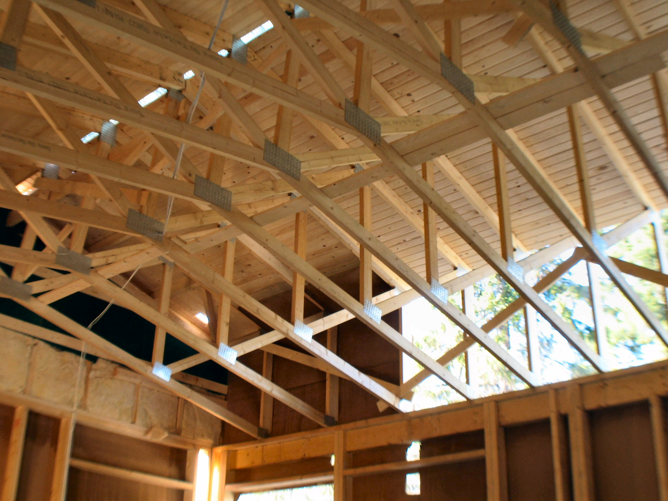 File wooden roof wikimedia commons for Roof trusses installation