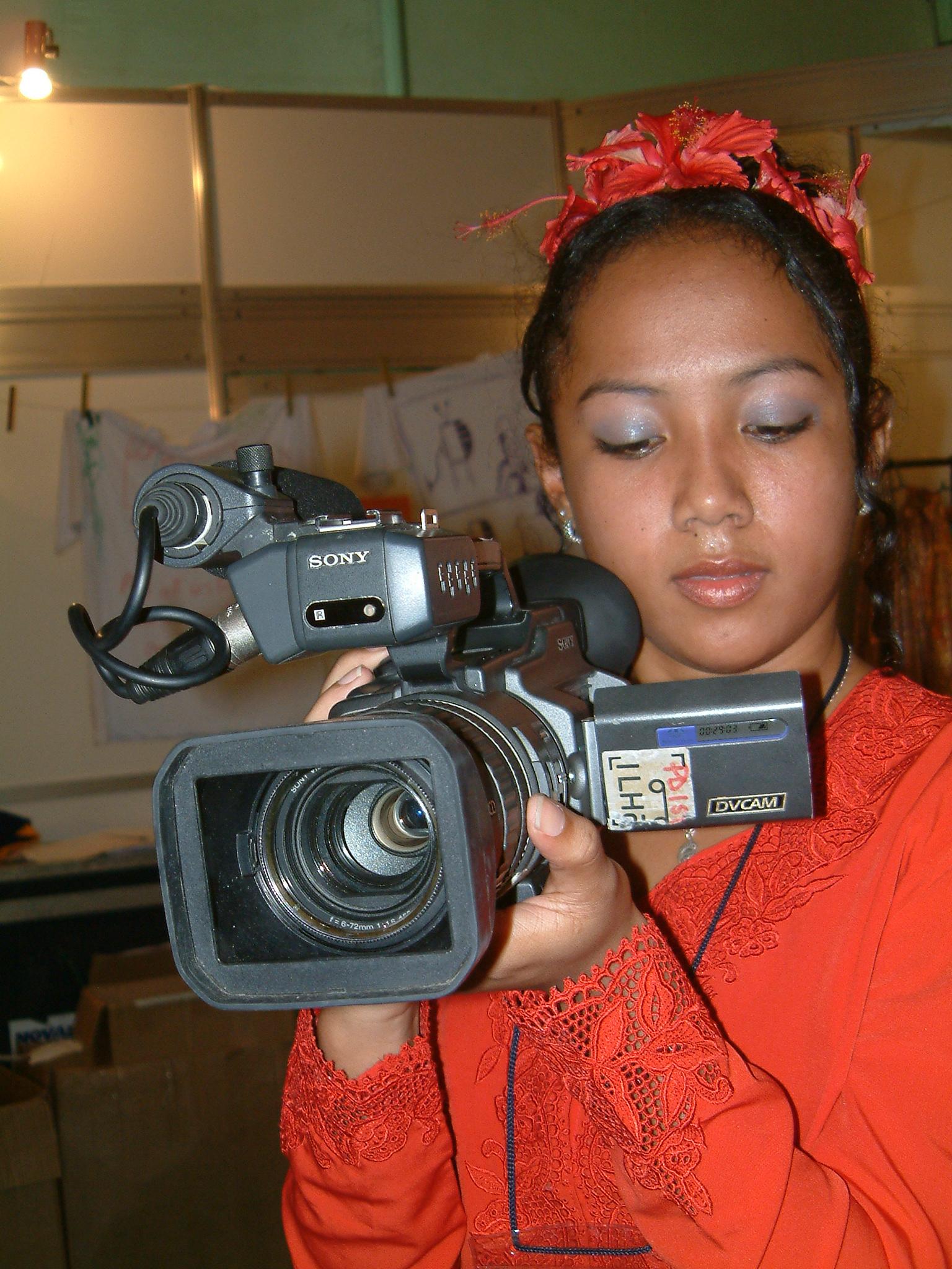 Description young girl with a camera