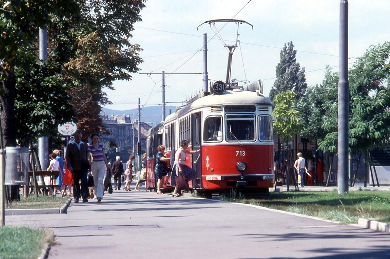 File:071R03220880 Endstelle Schottenring, Strassenbahn Linie 331 Typ F 713 22.08.1980.jpg ...
