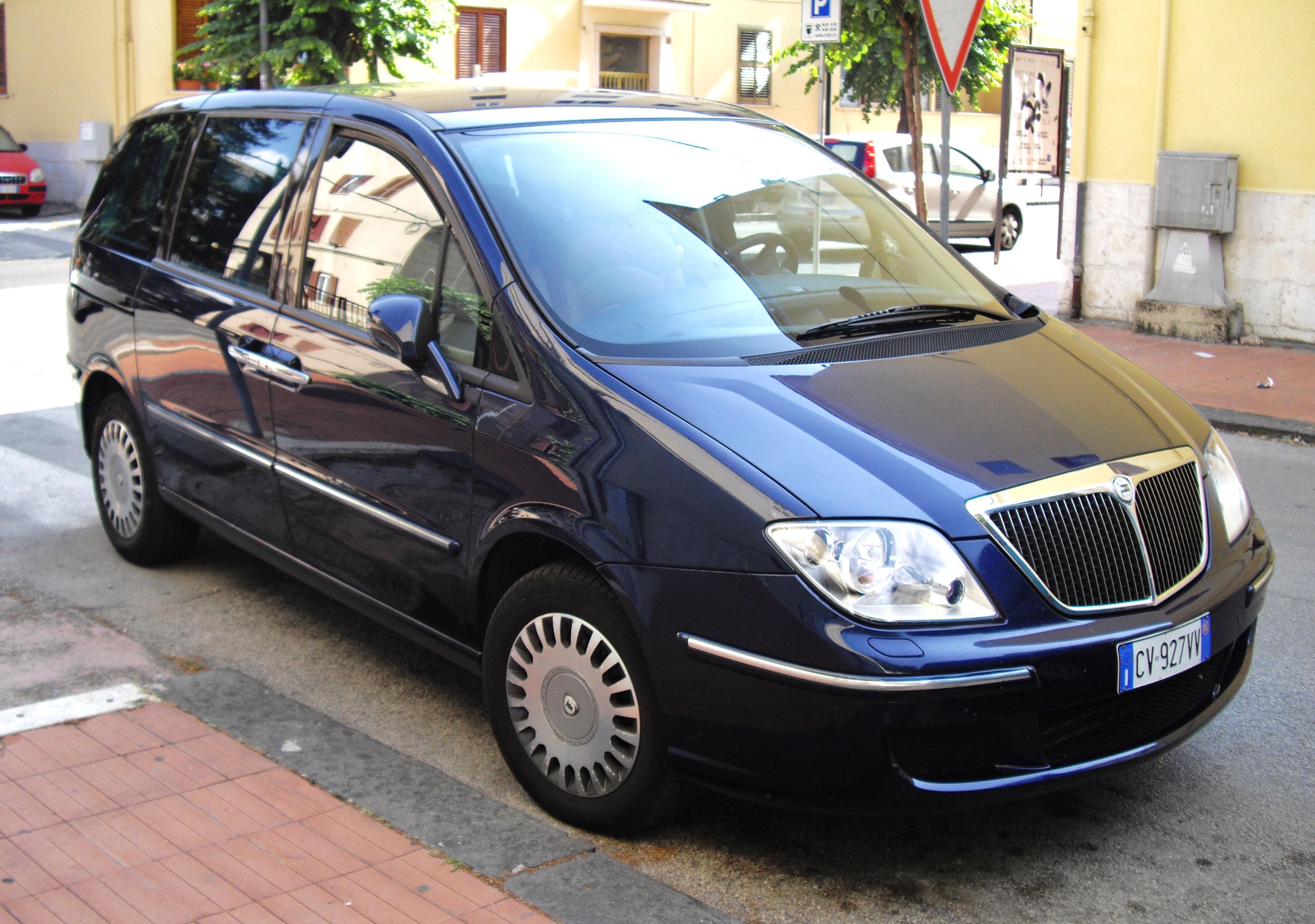 https://upload.wikimedia.org/wikipedia/commons/7/7e/2005_Lancia_Phedra_2.0_JTD.JPG