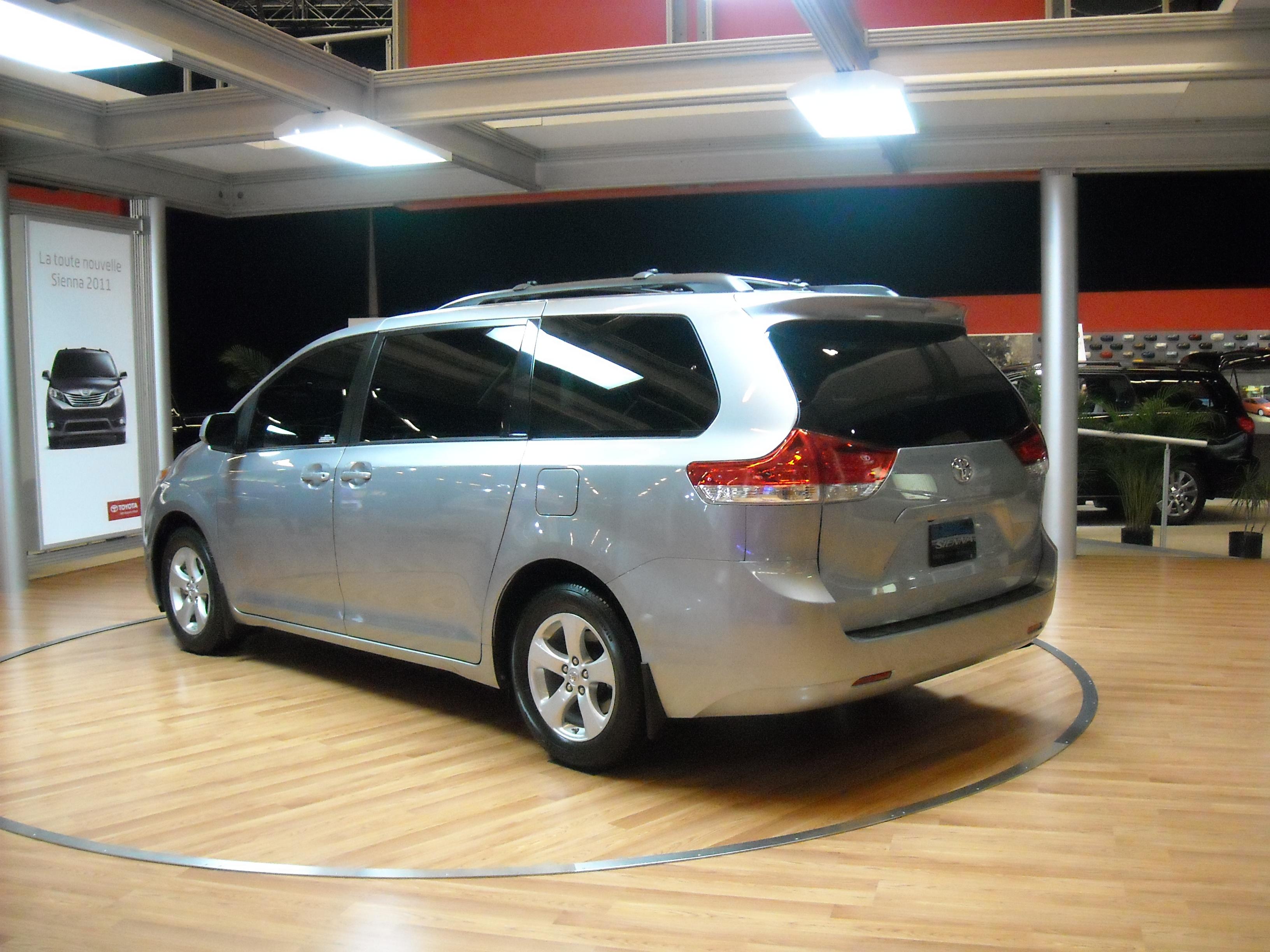 File 2017 Toyota Sienna Back Jpg