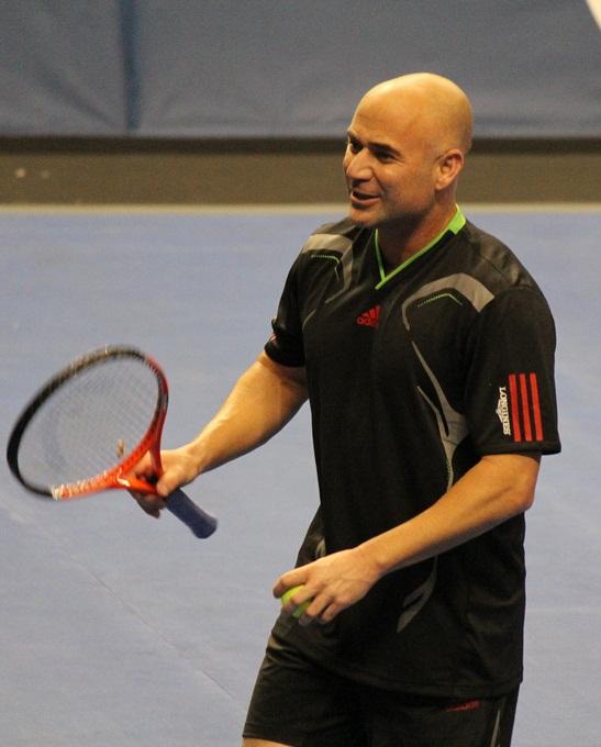 El tenista André Agassi con su raqueta