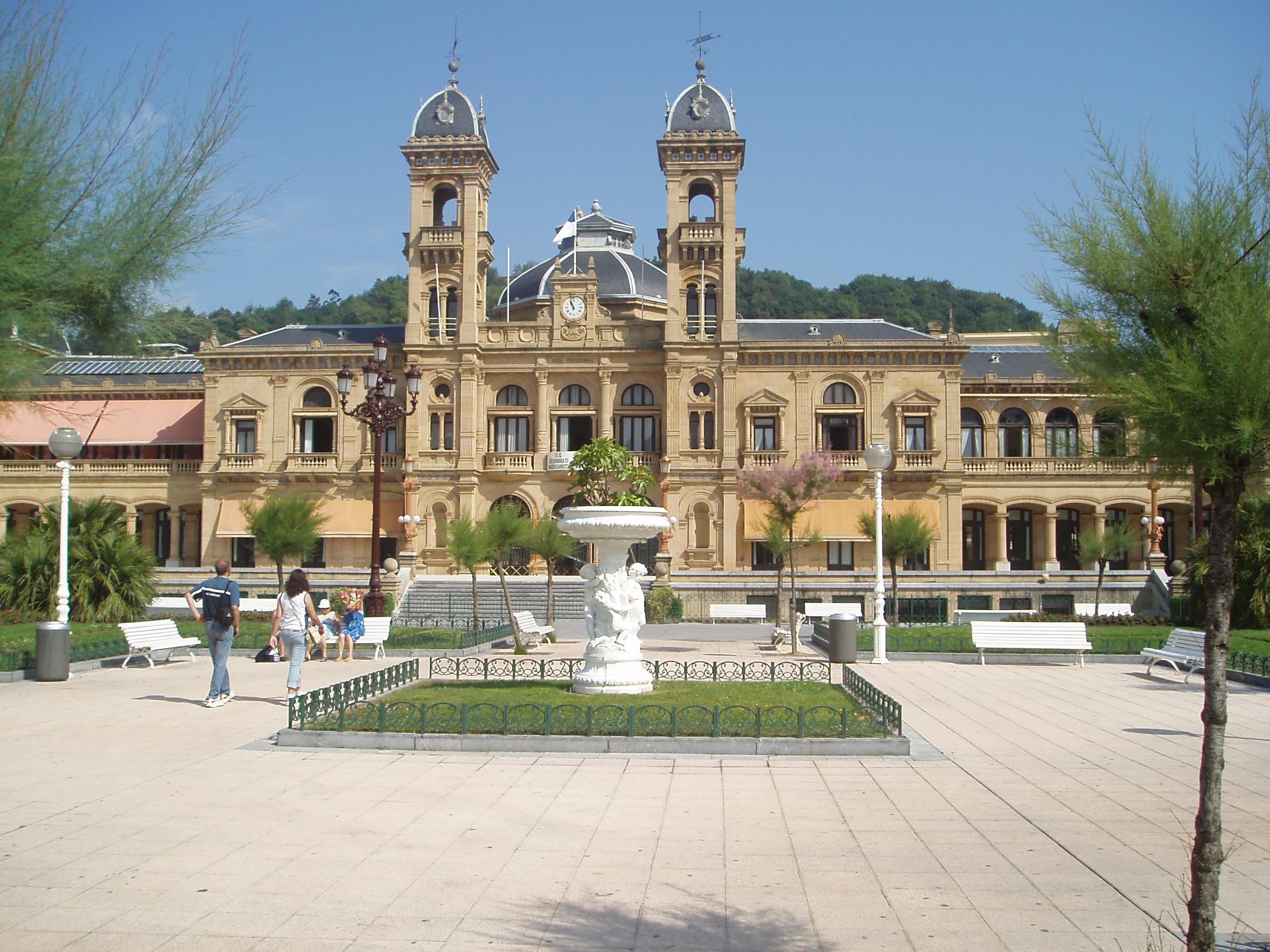 File:Ayuntamiento-S.S.Center.jpg - Wikimedia Commons