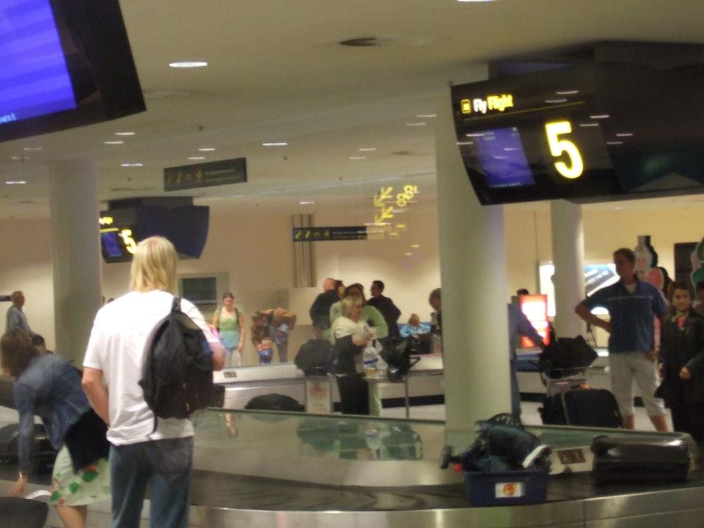 File:Baggage Claim at CPH.jpg - Wikimedia Commons