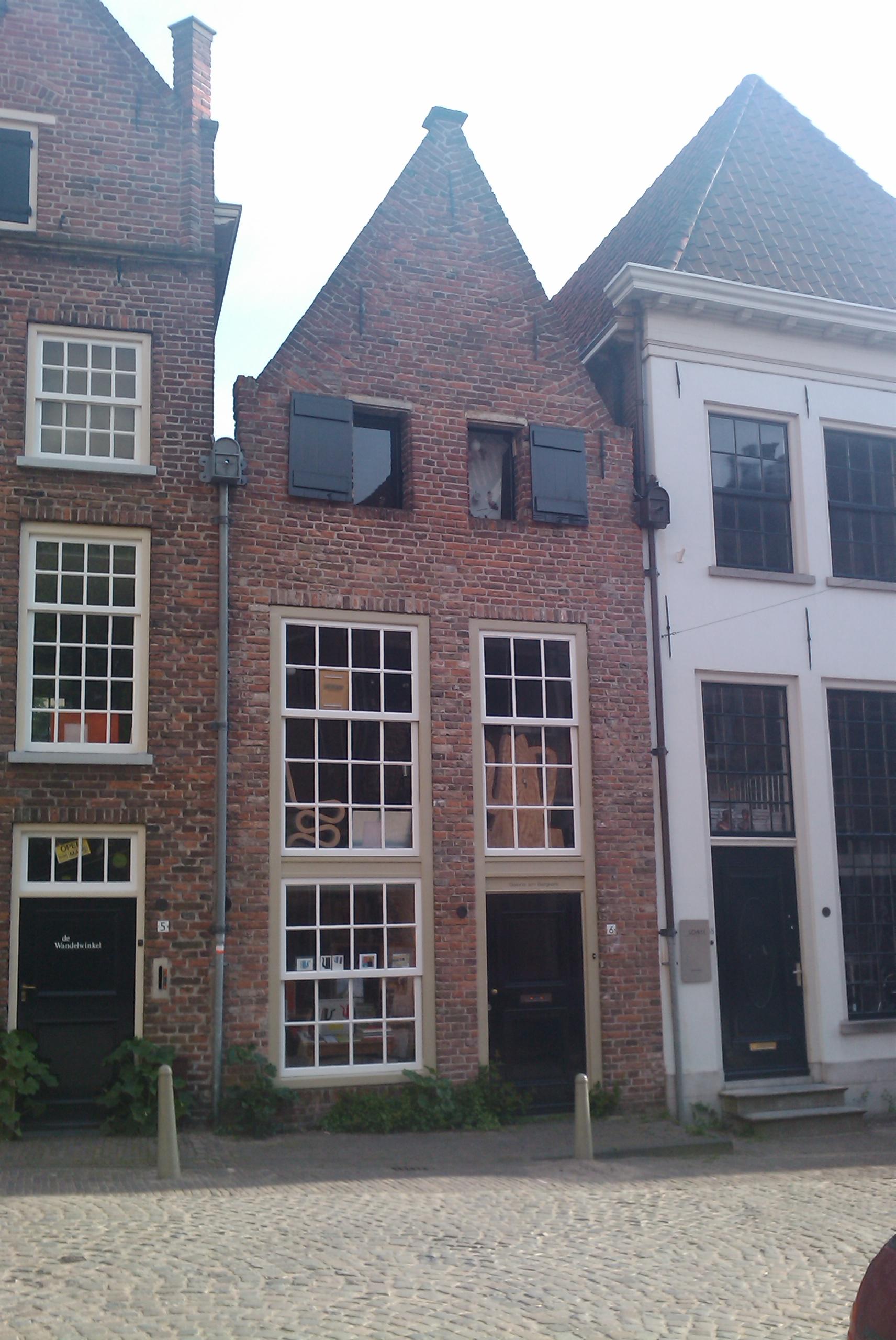Huis met gepleisterde tuitgevel moderne werkplaatsdeur in deventer monument for Moderne huis foto