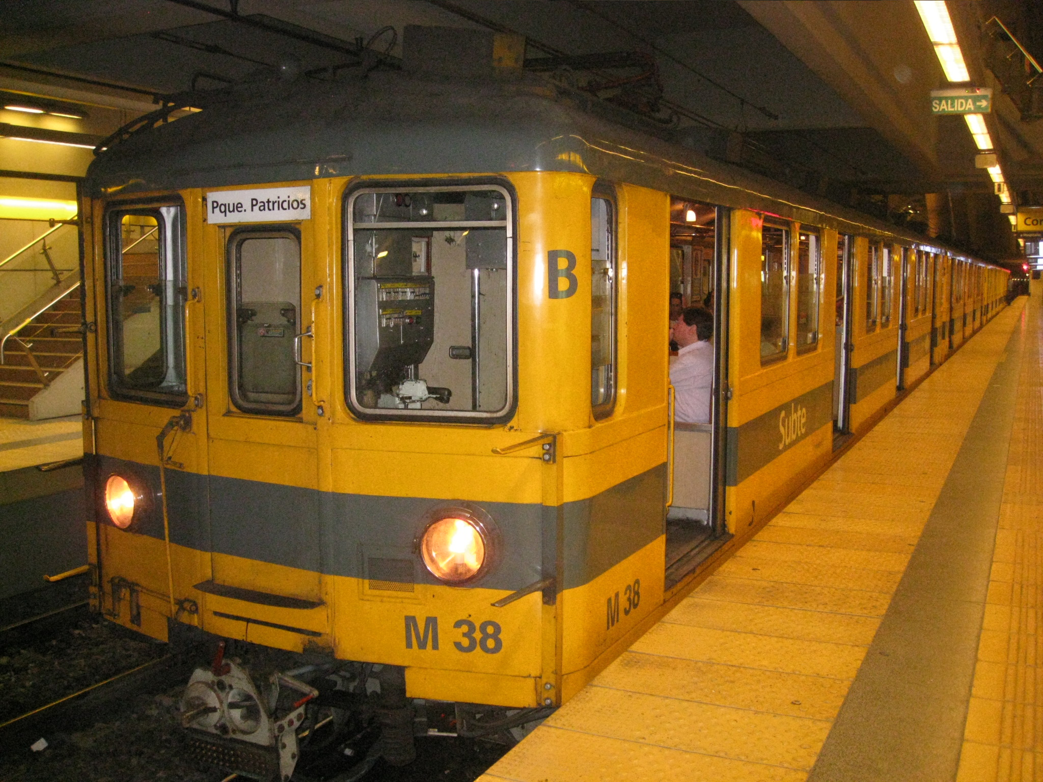 File:Buenos Aires Subte H.JPG - Wikimedia Commons