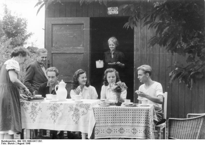 File:Bundesarchiv Bild 183-1990-0417-501, Berlin, Sonntag im Schrebergarten.jpg
