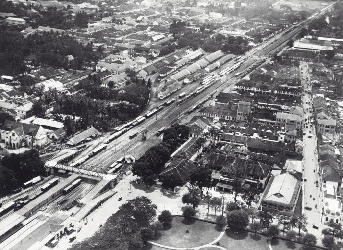 File COLLECTIE TROPENMUSEUM Luchtfoto van Medan met onder
