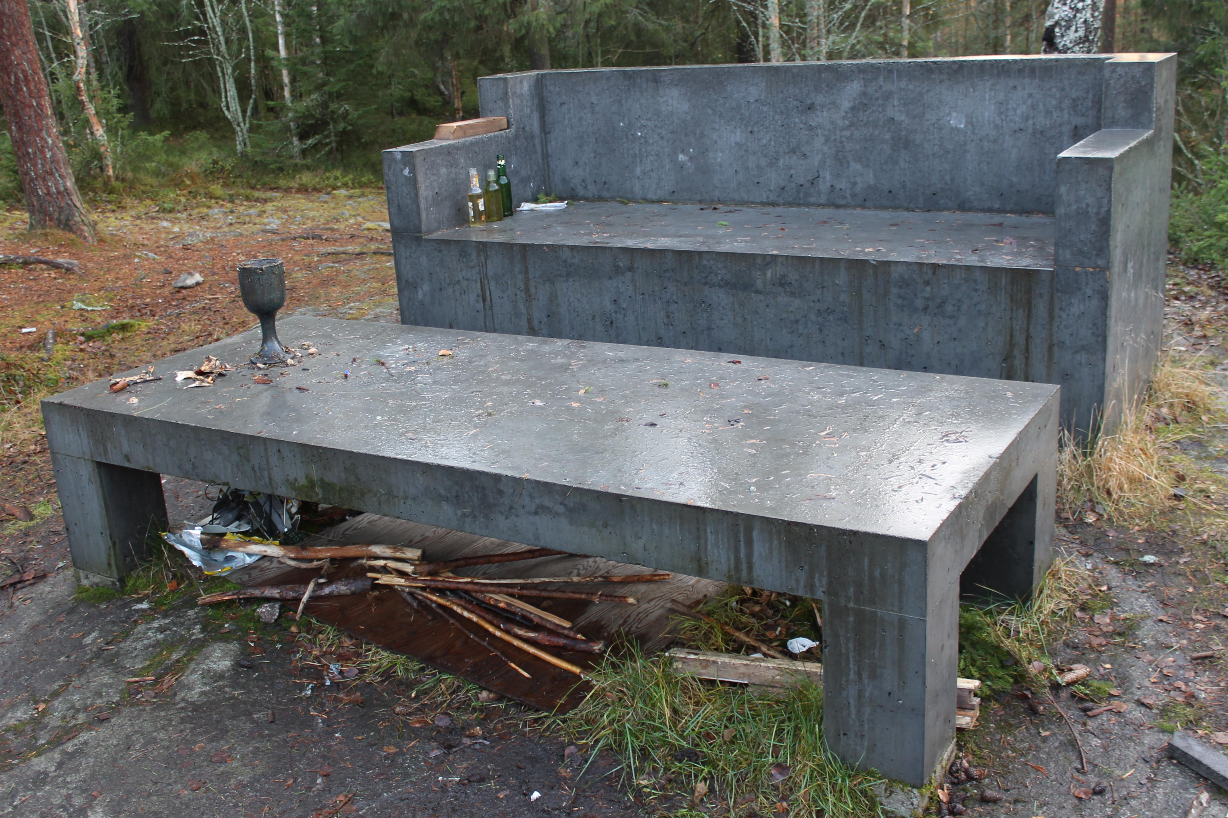File:Concrete Sofa, Ålidhem.JPG