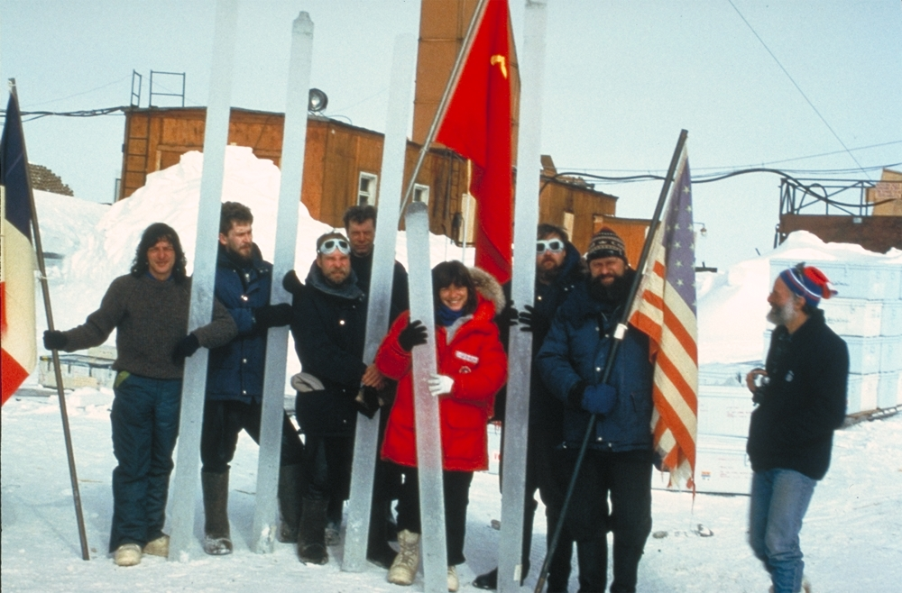 Scientifiques français, soviétiques et américains travaillant à la station Vostok et tenant des carottes de glace.