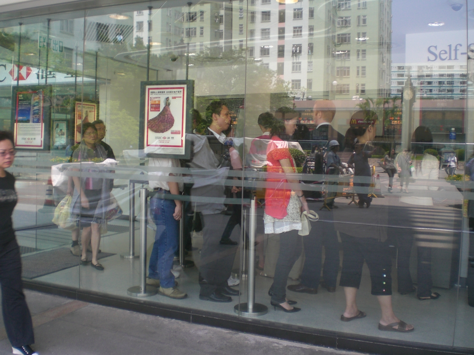 File:HK Kln Bay Telford Plaza Noon Lunch Hours Queue HSBC JPG