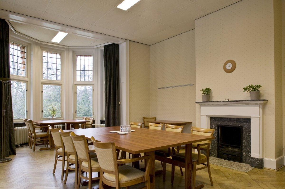 File:Interieur, overzicht van zaal 6 met schouw en erker op de ...