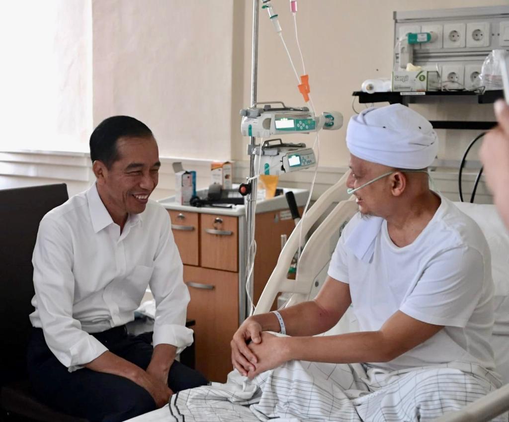 Presiden Joko Widodo menjenguk Ustaz Arifin Ilham yang dirawat di Rumah Sakit Cipto Mangunkusumo (RSCM).