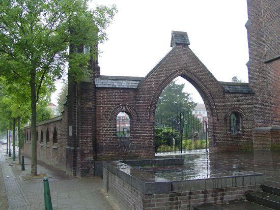 Bestand:KerkhofmuurDeurne.jpg