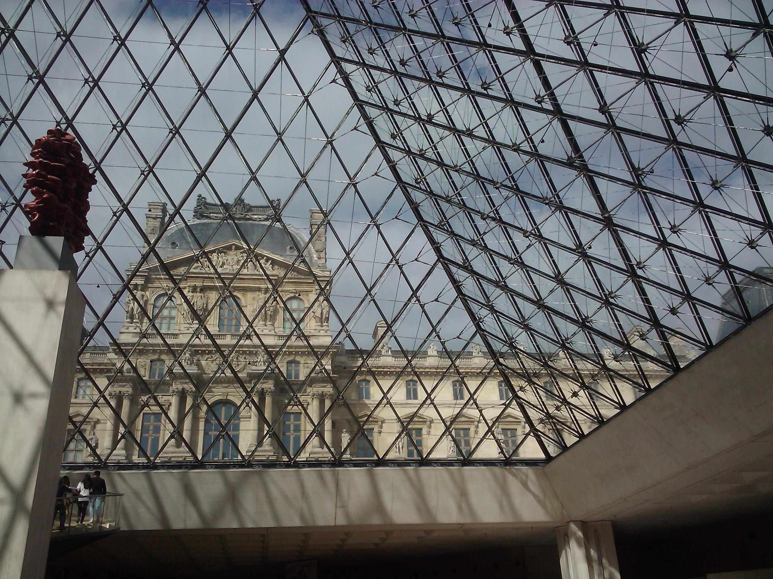 https://upload.wikimedia.org/wikipedia/commons/7/7e/Le_Louvre_depuis_l%27int%C3%A9rieur_de_la_Pyramide_-_panoramio.jpg