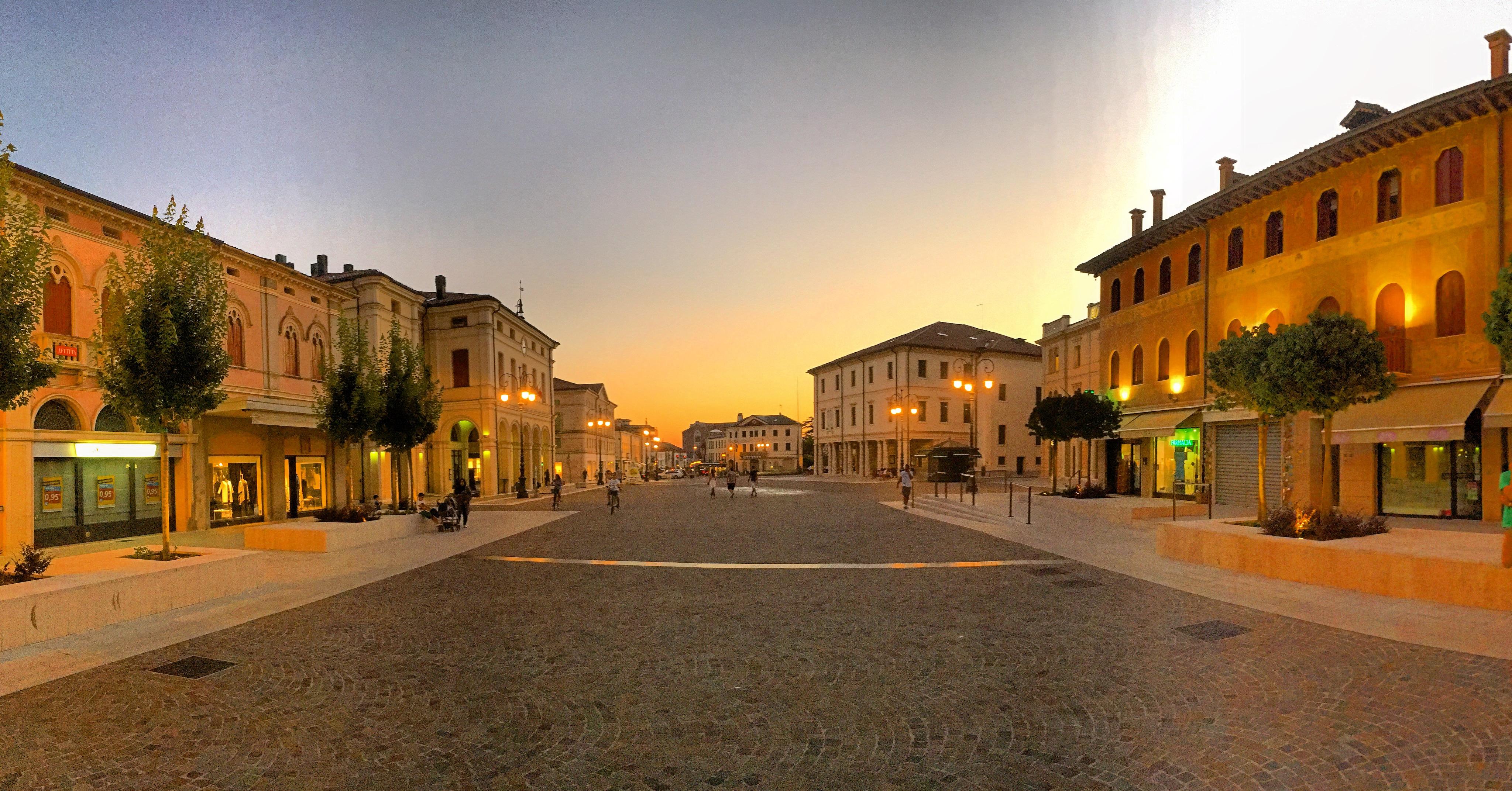 File:Nuova Piazza Montebelluna.jpg - Wikipedia