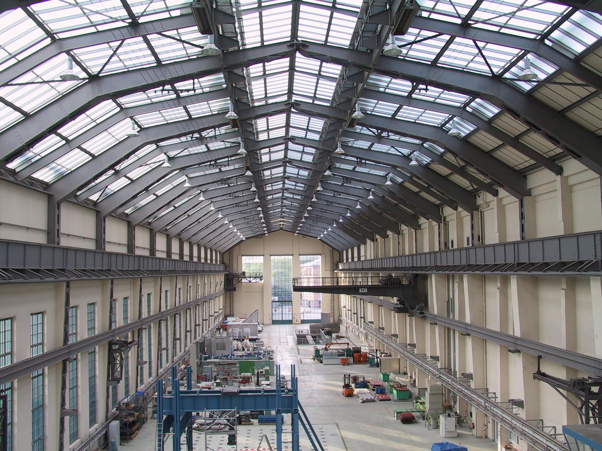 File peter behrens halle innen 2005 jpg wikimedia commons for Peter behrens aeg turbine factory