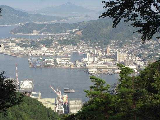 https://upload.wikimedia.org/wikipedia/commons/7/7e/Port_of_Kure_seen_from_Yasumi-yama.jpg