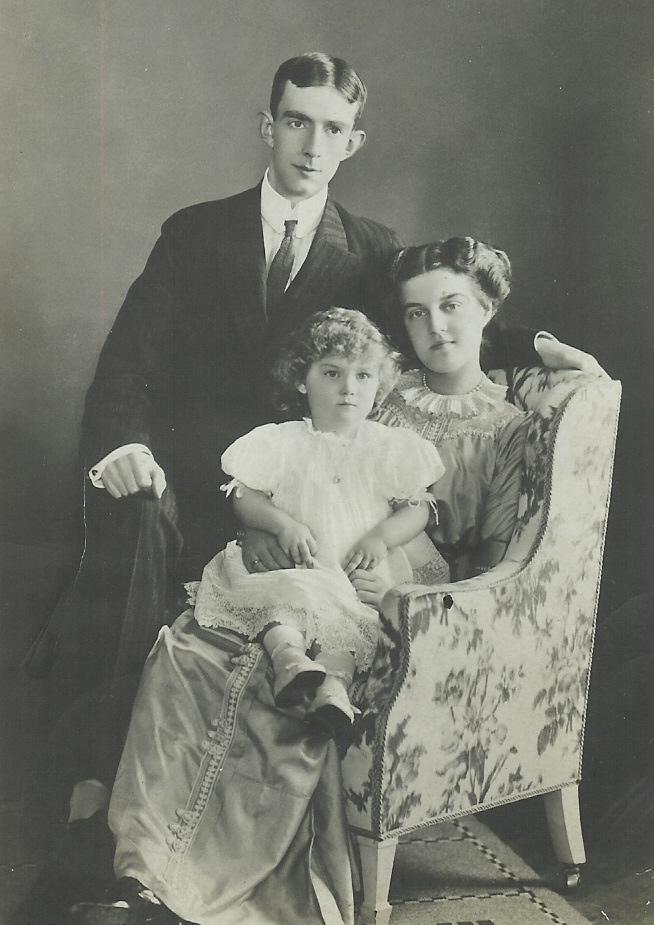 https://upload.wikimedia.org/wikipedia/commons/7/7e/Prins_Wilhelm_och_prinsessan_Maria_med_prins_Lennart%2C_foto_Hofatelier_Jaeger_1911.jpg
