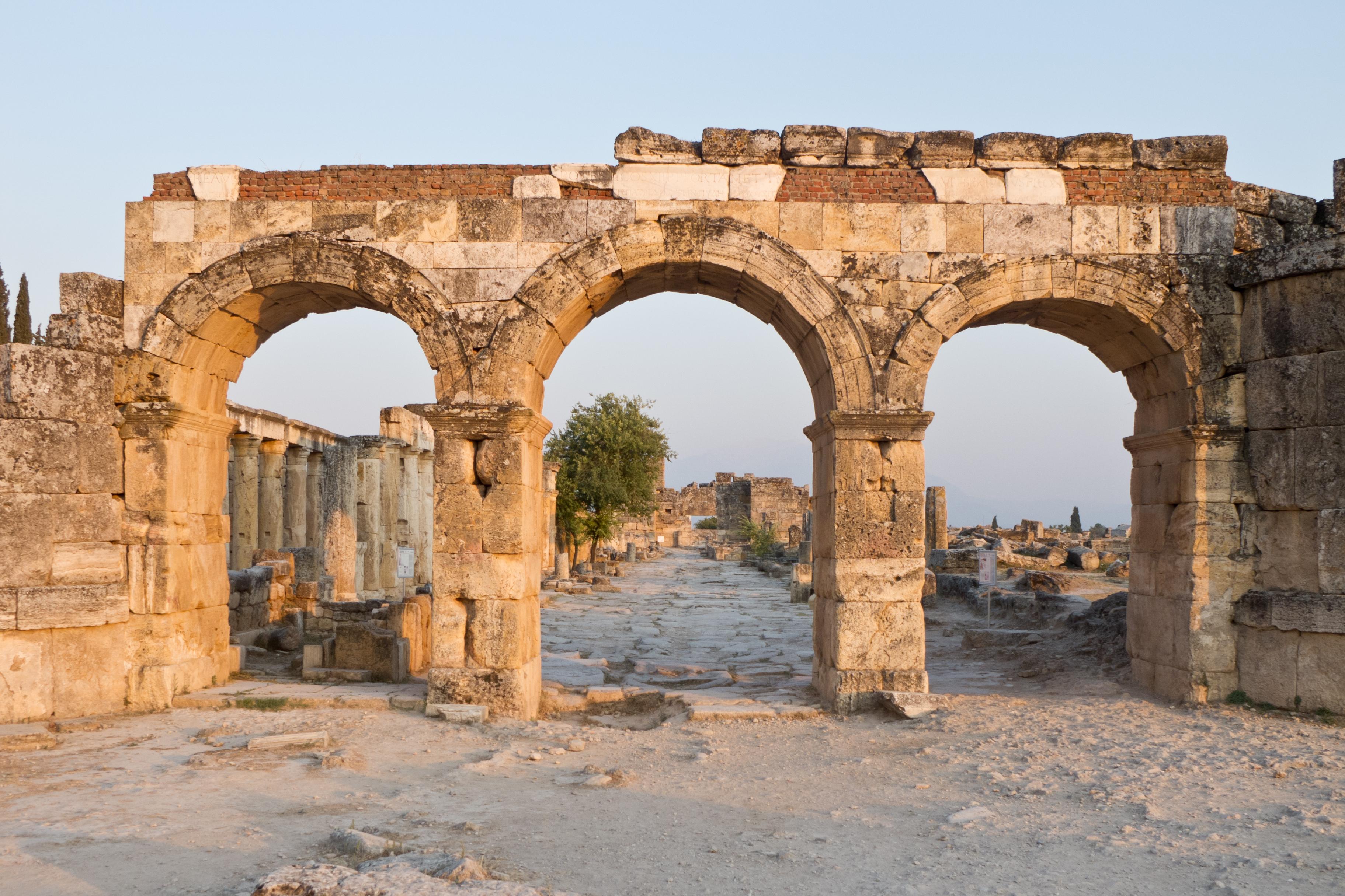 Puerta de Domiciano - Hiérapolis.jpg