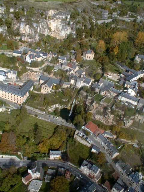 Commune de Salles-la-Source:vue de son bourg chef-lieu.