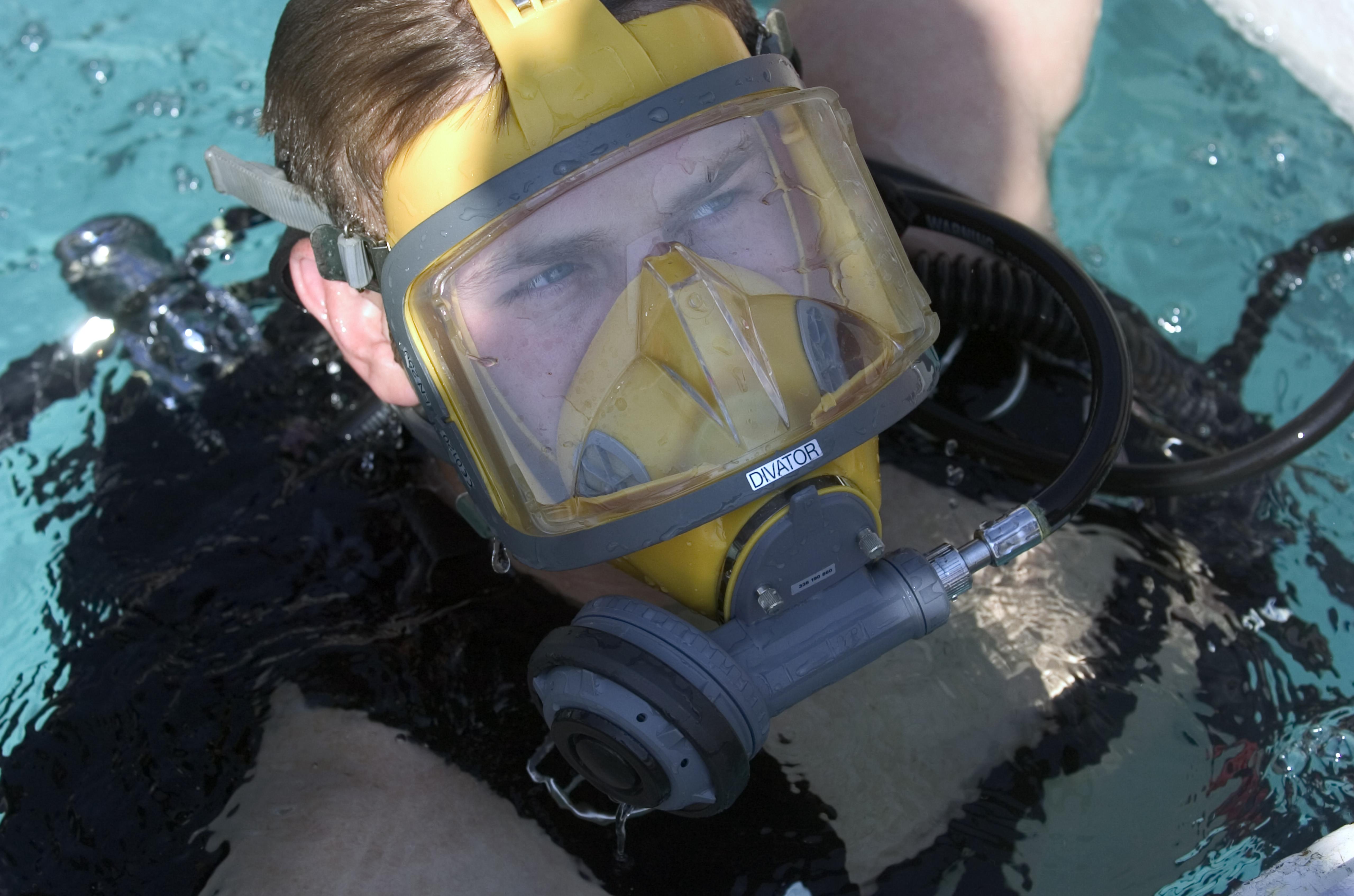 9d9e9e327 Full face diving mask - Wikipedia