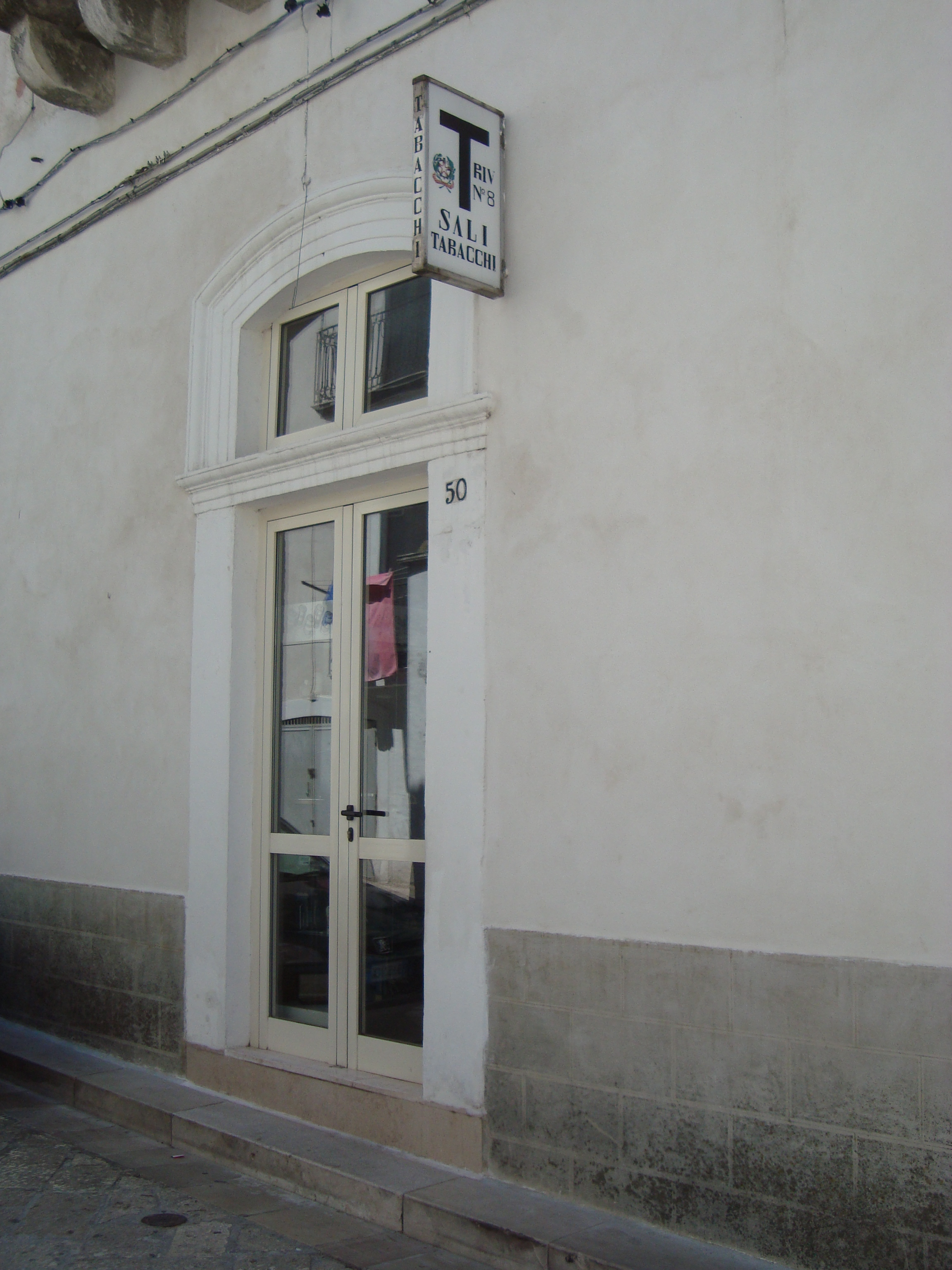 Fichier Un Bureau De Tabac De Monte Sant Angelo Jpg Wikipedia